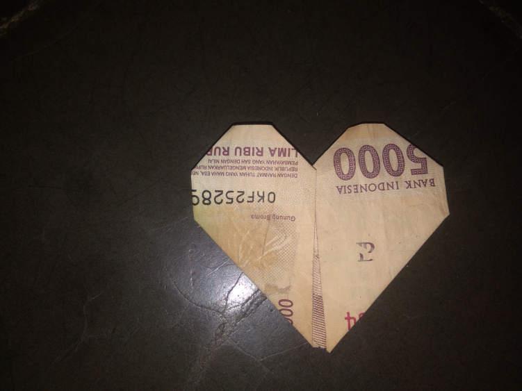 Begini Cara Melipat Uang Kertas Menjadi Love Dalam 1 Menit